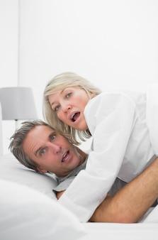 Una coppia imbarazzata colta in flagrante