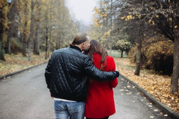 Una coppia innamorata ad un appuntamento romantico nel parco in autunno