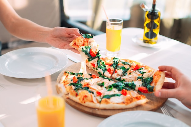 Una coppia mangia la pizza in un ristorante