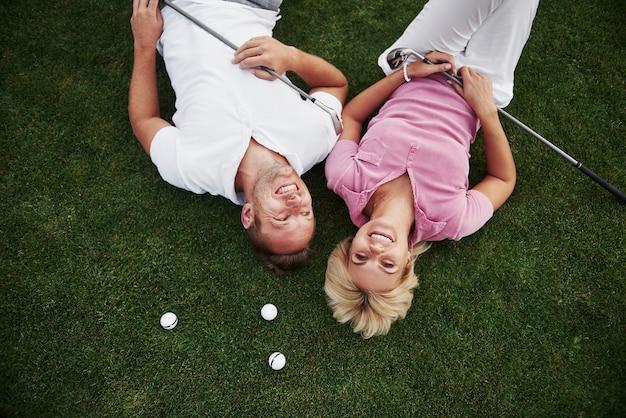 Una coppia, marito e moglie si trovano sul campo da golf e si rilassano dopo la partita