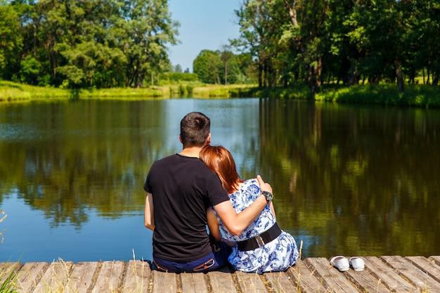 Una coppia sul pontile di legno