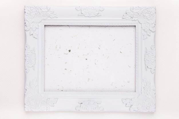 Una cornice di legno bianca vuota su sfondo
