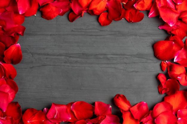 Una cornice quadrata fatta di petali di rosa