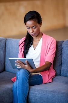 Una donna attraente con tavoletta digitale