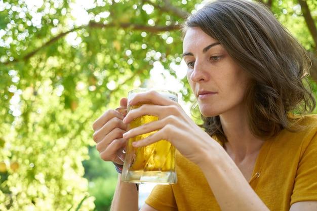 Una donna che beve birra