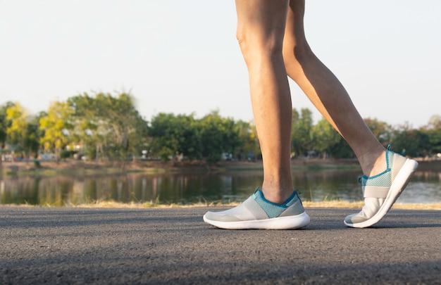 Una donna che corre al mattino per fare jogging, esercizio e concetto di stile di vita sano.