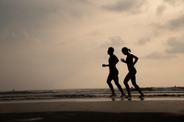 Una donna che corre in spiaggia