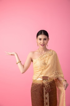 Una donna che indossa un abito thailandese antico