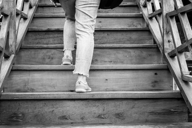 Una donna che sale le scale.