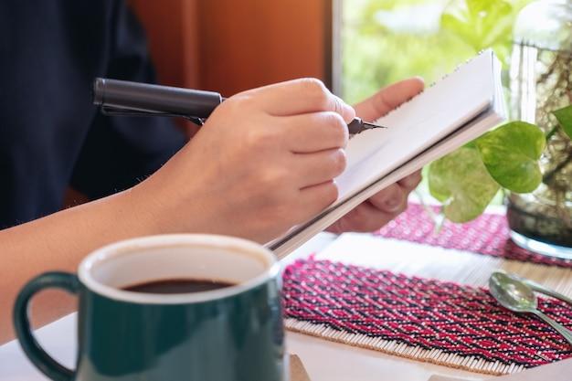 Una donna che scrive sul taccuino