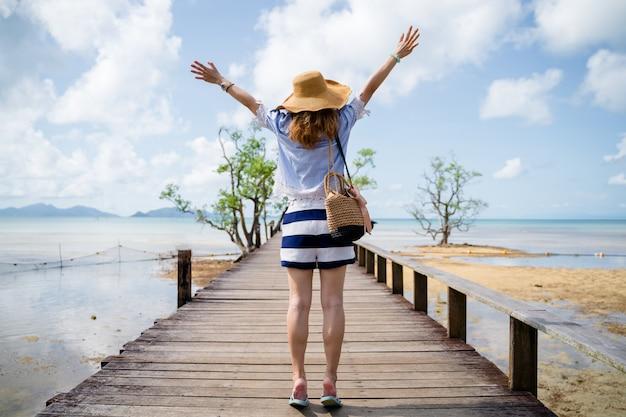 Una donna che si distende sulla spiaggia