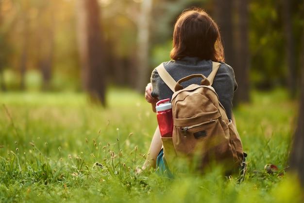 Una donna che trascorre del tempo in un parco