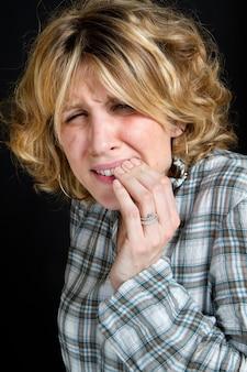 Una donna con mal di denti
