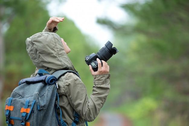 Una donna con una macchina fotografica giornata mondiale del fotografo.
