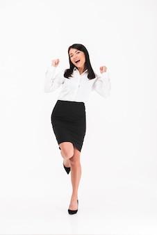 Una donna d'affari asiatica allegra