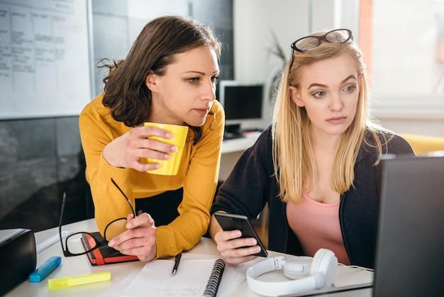 Una donna di due affari che lavora insieme all'ufficio