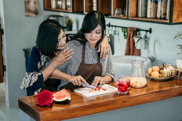 Una donna di due asiatici che cucina nella cucina