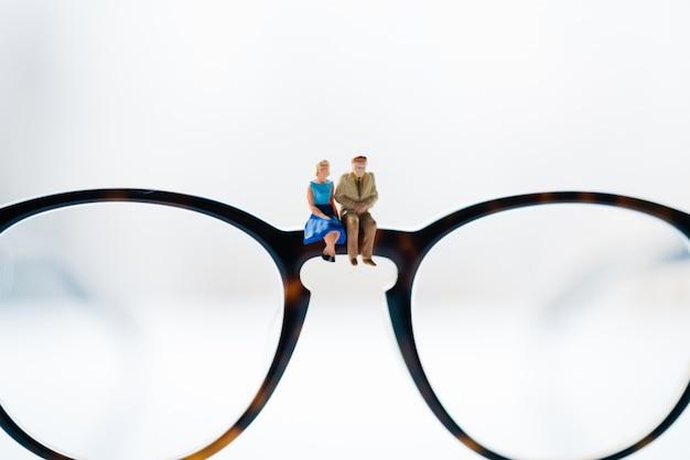 Una donna e un uomo innamorato seduti sugli occhiali con gli sfondi della città.