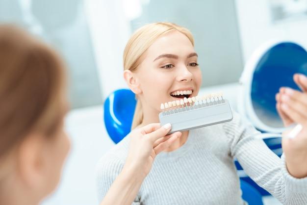 Una donna è venuta a vedere un dentista per lo sbiancamento dei denti