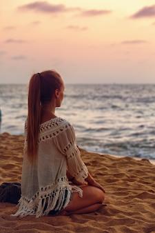 Una donna guarda il tramonto