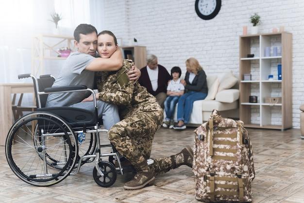 Una donna in mimetica va al servizio militare.