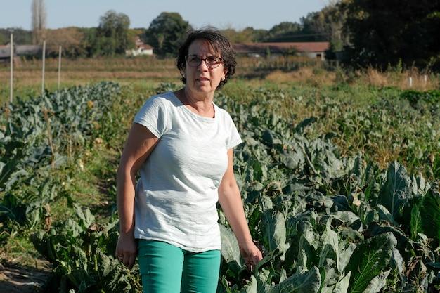 Una donna in un campo coltivato
