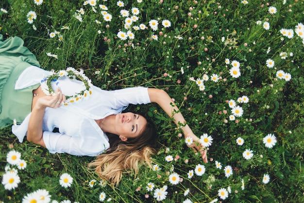 Una donna in un campo di camomille