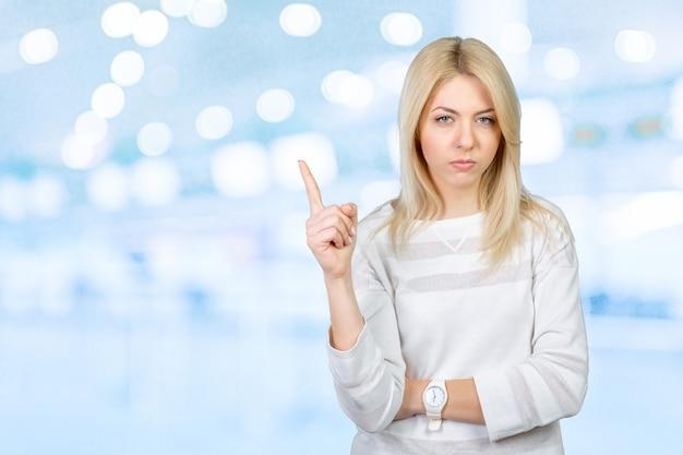 Una donna molto infastidita punta il dito