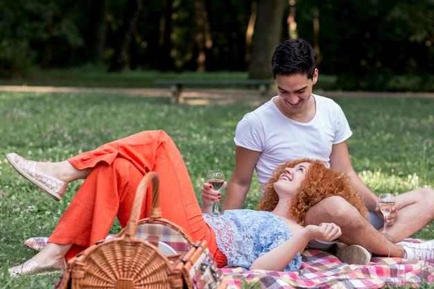 Una donna sdraiata sul grembo del suo ragazzo