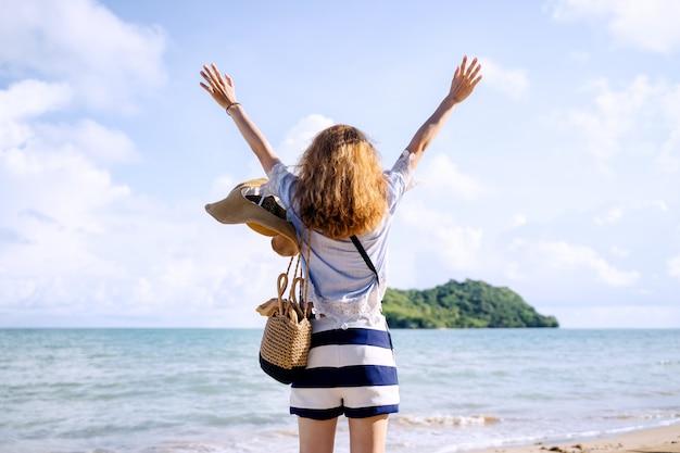 Una donna sola che si rilassa sulla spiaggia, koh mark thailand