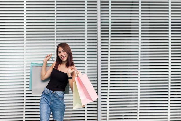 Una donna sta facendo compere felicemente