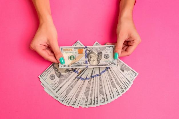 Una donna tiene in mano denaro