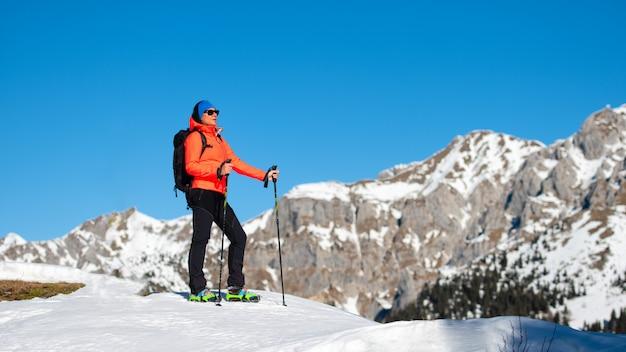 Una donna viene in montagna da sola