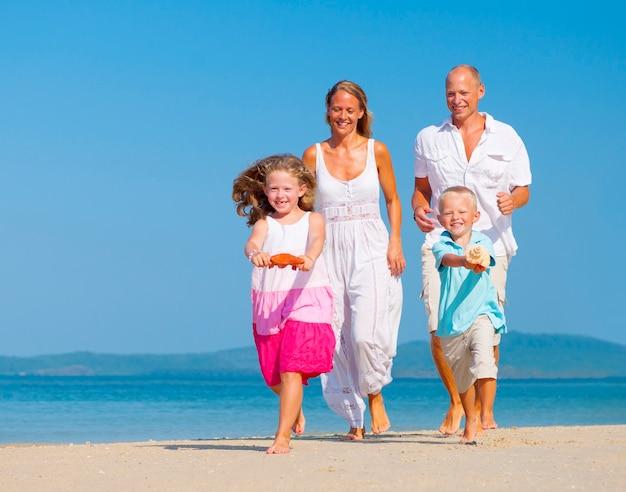 Una famiglia caucasica si sta godendo le vacanze estive