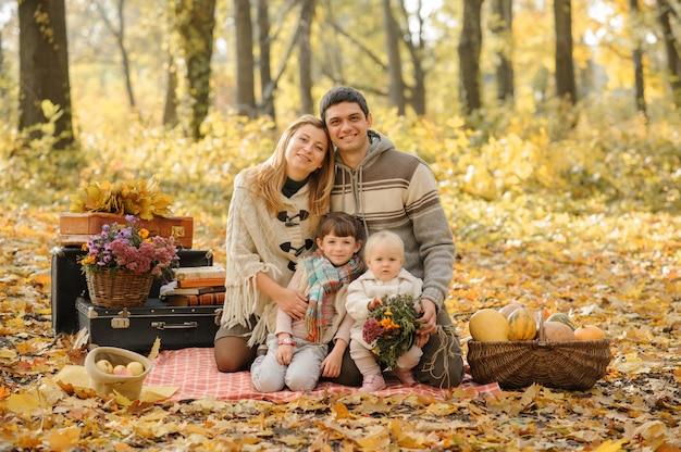 Una famiglia con due figlie andò a fare un picnic. tempo d'autunno.