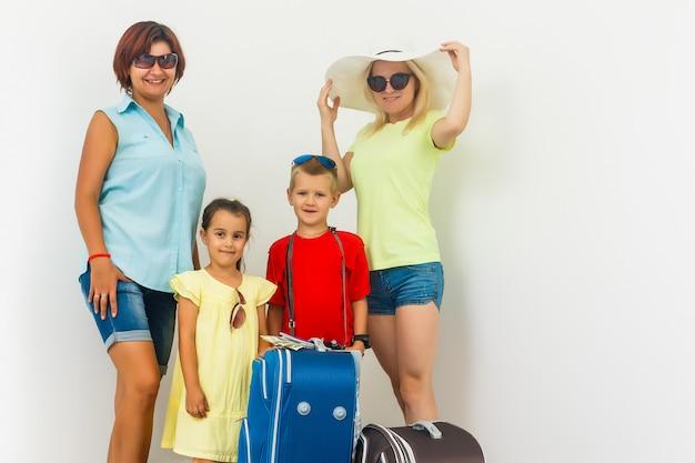 Una famiglia felice con le loro valigie su un bianco