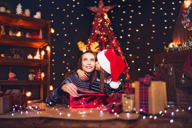 Una famiglia felice madre e figlio confezionare regali di natale