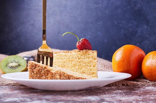 Una fetta di torta con una forchetta sopra.