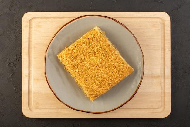 Una fetta di torta vista dall'alto gustosa e cotta all'interno del piatto