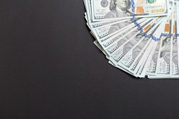 Una fine del fan di valuta di cento dollari su, vista superiore del concetto di affari su fondo colorato con lo spazio della copia