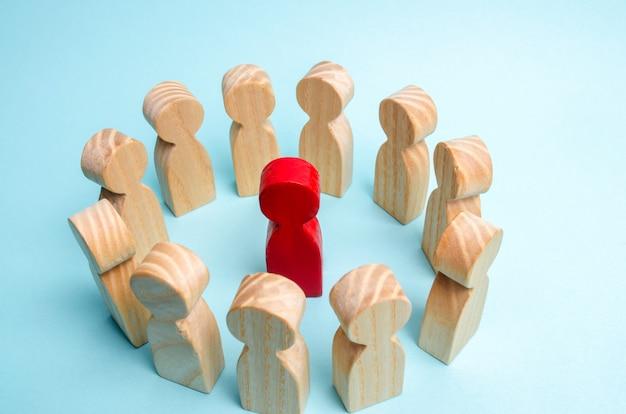 Una folla di lavoratori si mette in cerchio e ascolta il loro mentore, leader o ceo.
