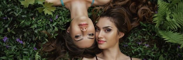 Una foto del ritratto di bellezza della primavera di due donne sulla natura