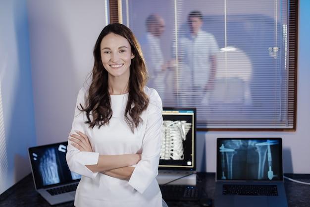 Una foto di un medico giovane e bella donna.