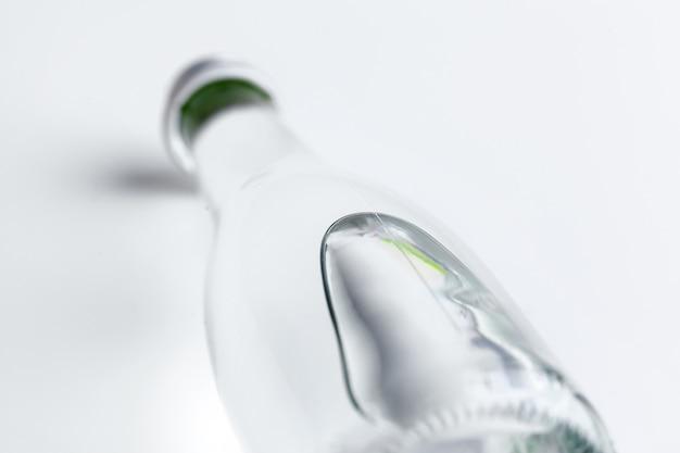 Una foto ravvicinata di una bottiglia d'acqua