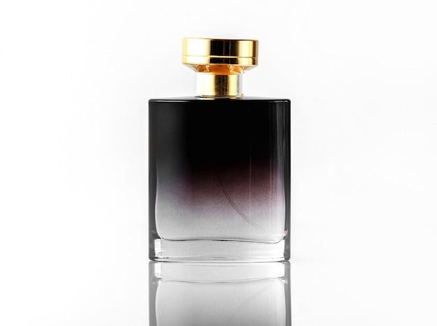 Una fragranza nera vista frontale con tappo dorato sulla scrivania isolata bianca