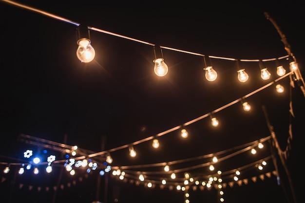 Una ghirlanda di lampadine nella decorazione della cerimonia notturna
