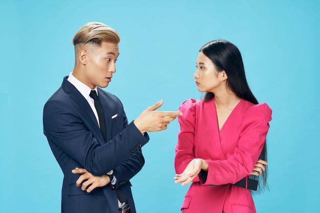 Una giovane coppia allegra di uomo e donna asiatici con stile elegante