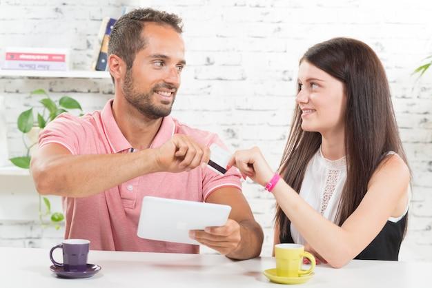 Una giovane coppia che compra su internet con la carta di credito
