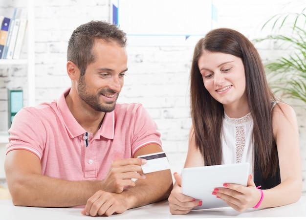 Una giovane coppia che compra su internet