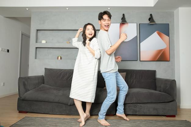 Una giovane coppia cinese ha ballato a casa.
